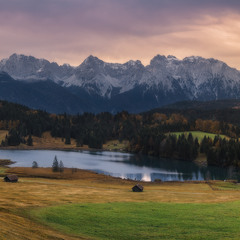 Германия. Бавария. Пасмурное утро на озере Geroldsee, вид на гору Karwendel