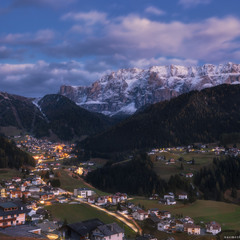 Италия. Доломиты. Осенний вечер у деревни Selva di Val Gardena