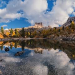 Италия. Доломиты. Осень на озере Limides и вид на гору Averau