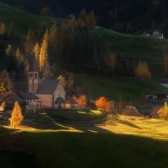 Италия. Доломиты. Осенние склоны у церкви Santa Maddalena