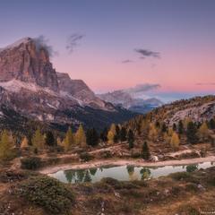Италия. Доломиты. Вечерний вид на озеро Limides и гору Tofana di Rozes