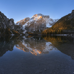 Италия. Доломитовые Альпы. Утро на озере Брайес