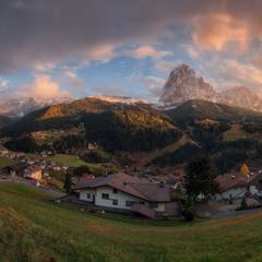 Италия. Доломиты. Панорама деревни Santa Cristina Valgardena и горы Sassolungo.