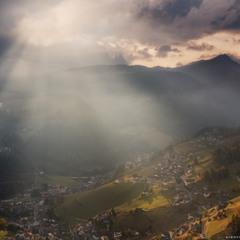 Италия. Доломиты. Склоны деревни Santa Cristina Val Gardena в вечерних лучах солнца