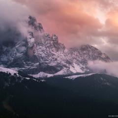 Италия. Доломиты. Валь Гардена. Горы Сассолунго на закате.