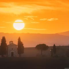 Италия. Тоскана. Часовня Madonna di Vitaleta на восходе солнца