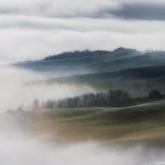 Италия. Тоскана. Туман на полях долины Val d'Orcia