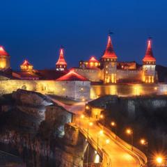 Украина. Ночной вид на средневековый замок в Каменец-Подольский