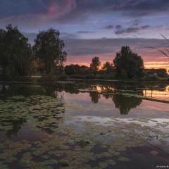 Украина. Старый Солотвин. Домик рыбака на закате