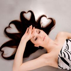Так влюбилась, что даже волосы сердечками завились :)
