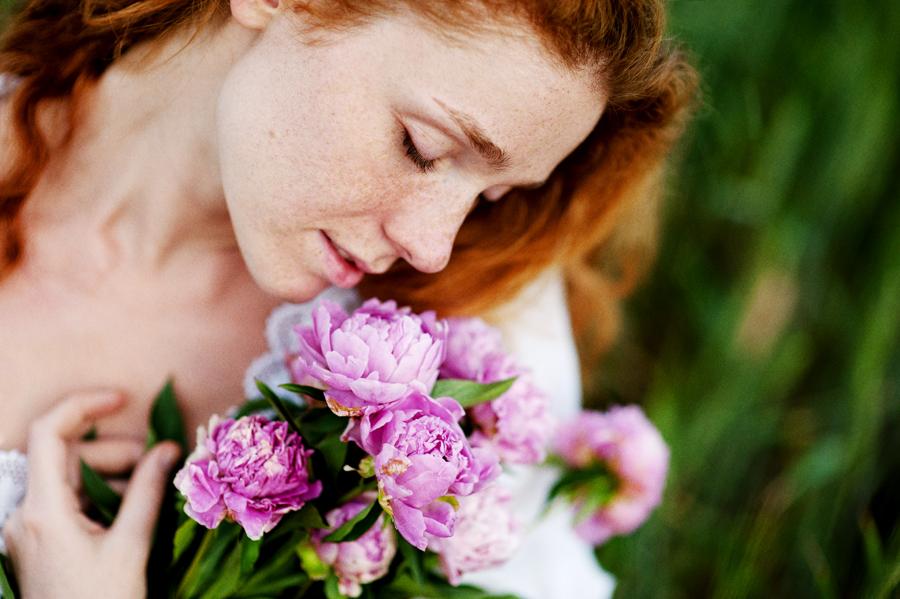 Фото рыжих девушек нюхающих цветы — photo 11