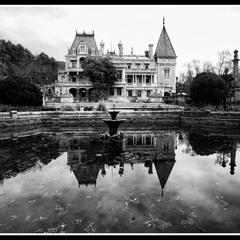 Есть в графском парке старый пруд...