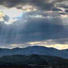 Горизонт изломали горы ...