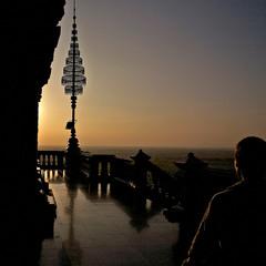 Вечірня молитва біля буддійського храму. Камбоджа