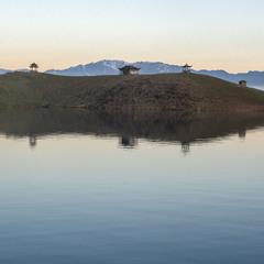 Острів самотніх монахів озера в Гімалаях. Тібет