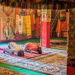 Прихожани буддійського храму, Тибет