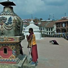 Буддійські прочани біля храму-ступи. Непал