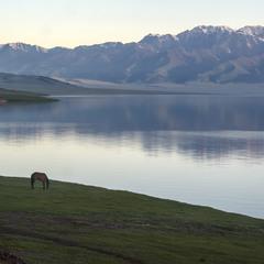 Ранкове озеро в горах. Гімалаї. Тібет