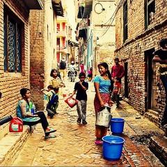 Черга за водою в бідному кварталі Катманду. Непал