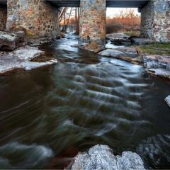 Тече річка.