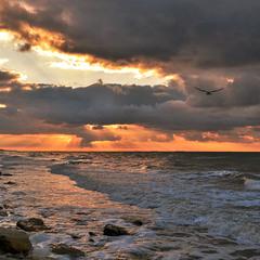 Навала хмар на сході сонця