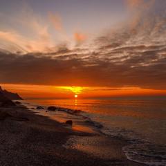 Чорна хмара на сході сонця