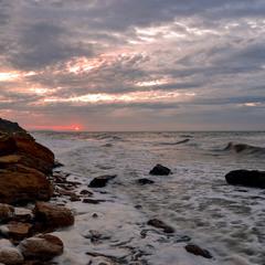 Бурхливе море на сході сонця