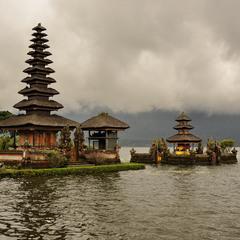 Храм у воды
