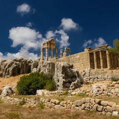 Храм среди скал
