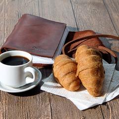Круассаны, кофе, записник