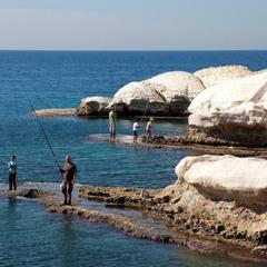 Рыбалка на белых камнях.