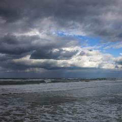 На море идёт дождь.