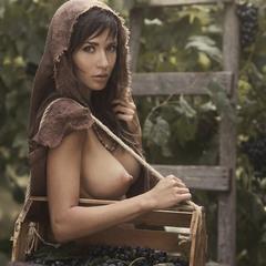 Там смуглянка, молдаванка, собирает виноград