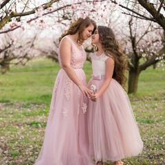 мама с дочкой в цветущих садах
