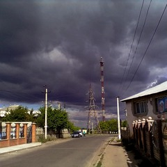 Улица и осенние облака.