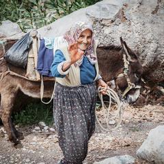 Привітна жінка з віслюком.