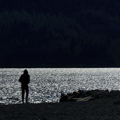 Что ищет он во тьме глубокой ...
