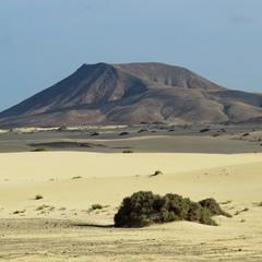 Пустыня и вулкан рядом...