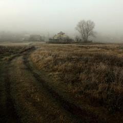Домик у дороги на краю села.