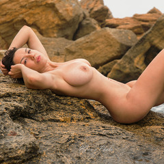 На скалах у моря