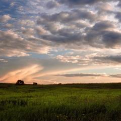 Щодня здалека припливають  хмари...