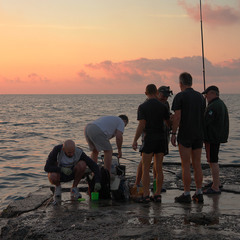 Ну а що то за риболовля, якщо не по 100 грам до світанку?