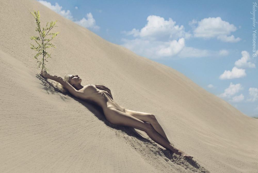 Показывает пизду порно приколы в пустыне четвером