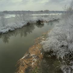 Про выпавший снег, речку и пасмурный день...