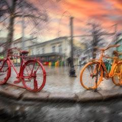 На углу двух велосипедов.