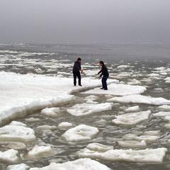 Морской пейзаж с бегущими по льдинам