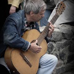 """На  Подоле..."""" гитара плакала, а мы с тобой смеялись...""""."""