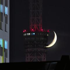Місяць та башта
