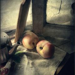 Лежали персики..