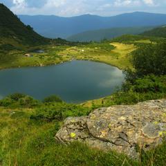 Озеро Ворожеска і камінь без назви